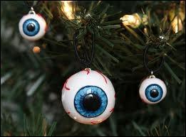 On aurait pu penser à des décorations de Halloween, mais elles sont bien suspendues à un sapin de Noël... Disons qu'il s'agit du Noël de quelle célèbre famille amatrice du genre ?