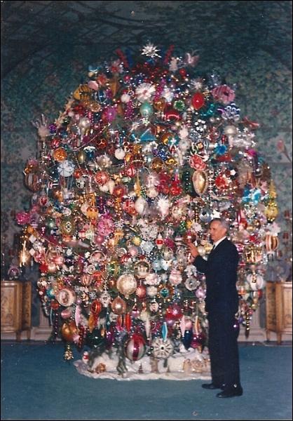 Cet arbre de Noël est celui de la résidence du grand acteur du muet Harold Lloyd (ce n'est pas lui sur la photo). Il porte plus de 900 décorations (cliquez pour agrandir) et a une autre particularité