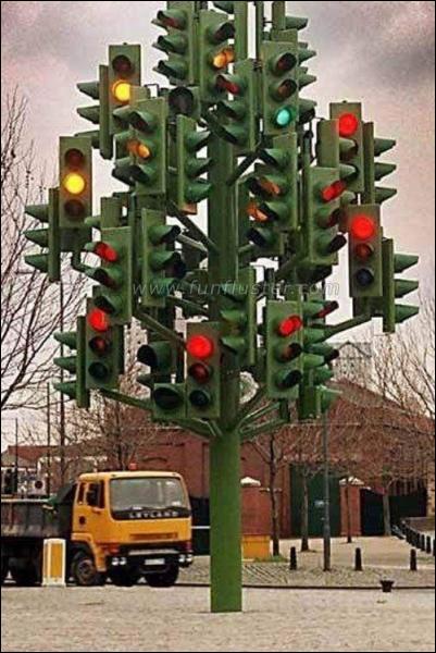 En quel lieu est situé cet étrange arbre de Noël constitué de... feux tricolores de circulation ?