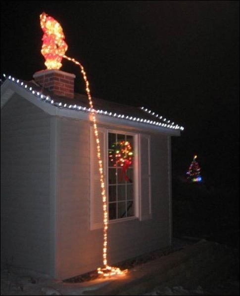 Eh oui, certains n'imaginent pas Noël sans humour ! Voici une décoration de maison qu'on pourrait facilement imaginer en quel lieu, par référence à une figure connue ?