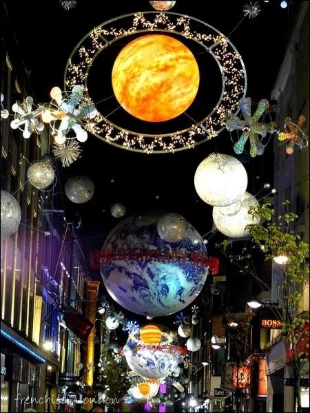Ces décorations percutantes se trouvent dans une rue qui a connu une gloire extraordinaire et inattendue dans les années 60, notamment grâce à Mary Quant. On est à ?