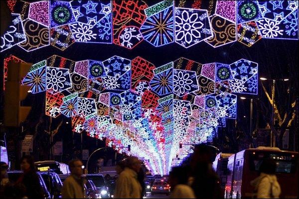 Cette rue colorée est située dans la ville de Gaudi. On se trouve donc à ?
