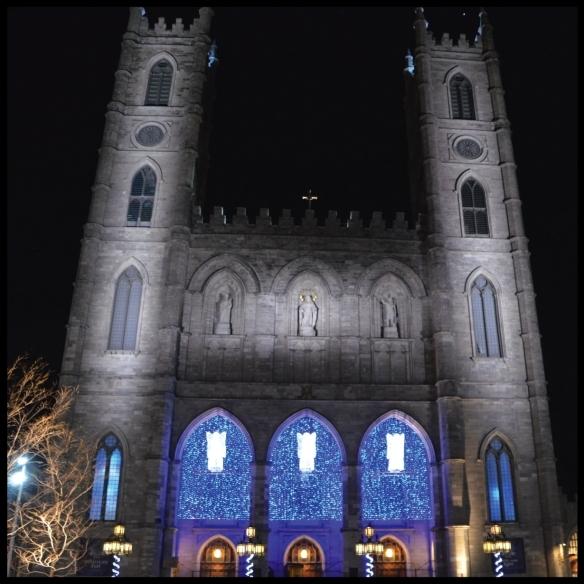 Ces délicates lumières bleutées font honneur à Notre-Dame. On se trouve dans la ville de ?
