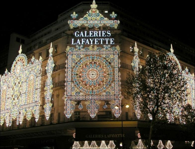 Une multitude de lumières forment une vraie mosaïque sur la façade de Noël de ce grand magasin illuminé pour Noël. Où est-on ?