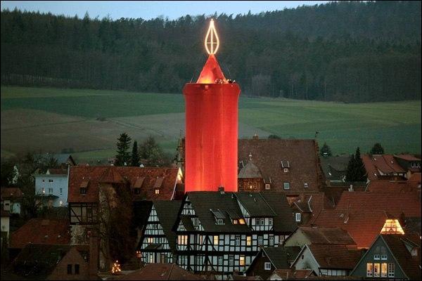 Cette étonnante immense décoration de Noël est située dans la ville au doux nom de Schlitz. A votre avis, on est en Allemagne ou en Suisse ?