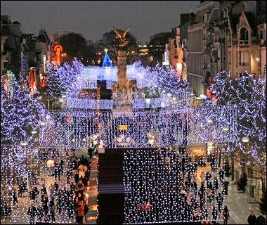 La ville est française et comme indice on pourrait dire que c'est une  sacrée  ville. On est à ?