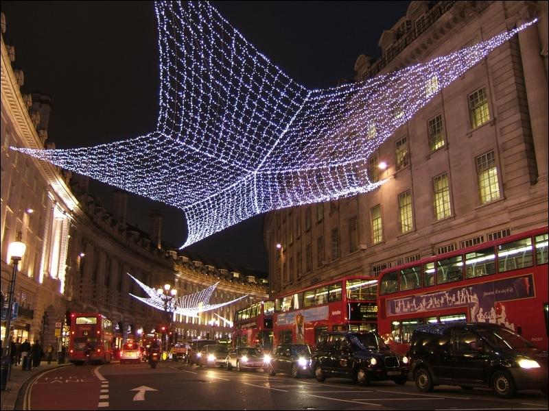 Cette capitale se pare ainsi d'étoiles pour Noël. Si je vous dis que nous nous trouvons sur la photographie dans la Rue du Régent ?