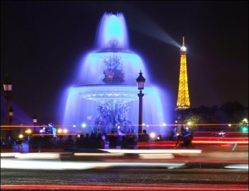 Un indice très significatif figure sur cette belle photo d'illuminations de Noël. La ville est ?