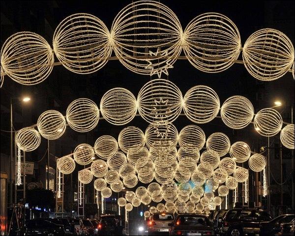 Ces illuminations se trouvent dans la capitale d'un pays secoué par la guerre, un pays qui fut placé sous mandat français après la disparition de l'Empire ottoman après 14-18, jusqu'en 1947. .