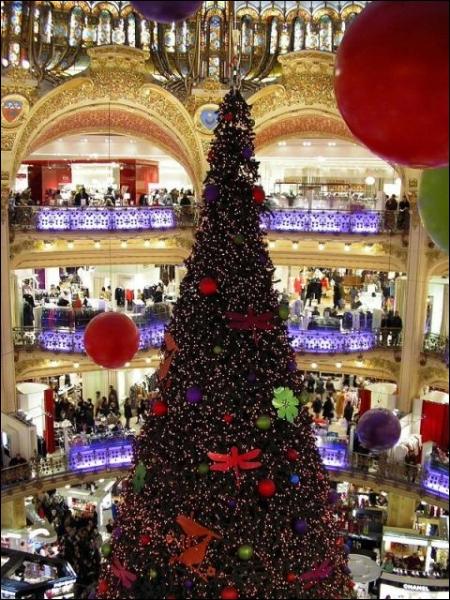 Il s'agit d'une décoration traditionnelle d'un grand magasin très connu dans le monde. Si on le connaît, on peut repérer un indice sur la photo. On se trouve à ?