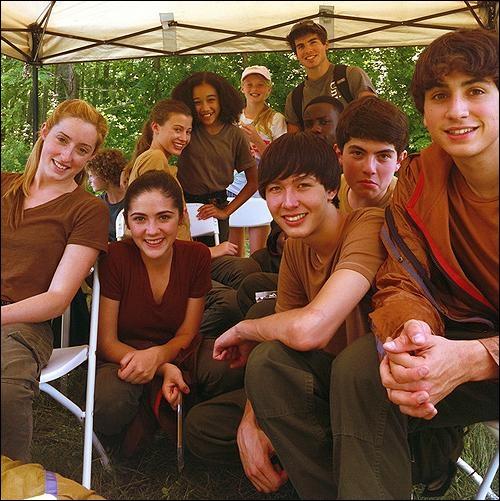 Cheeeese ! Photo de groupe pendant le tournage des scènes de l'arène. Certains visages vous sont familiers, non ? Saurez-vous dire qui n'apparait PAS sur le cliché ?