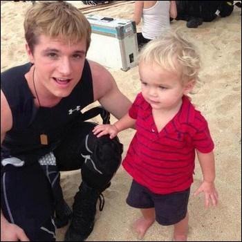 Qui est l'adorable petit garçon aux côtés de Josh ?
