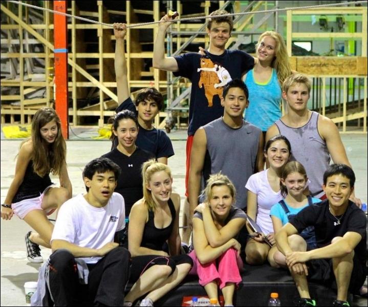 Nouvelle photo de groupe avec quelques acteurs du film dans la salle d'entraînement. Qui reconnaît-on ?