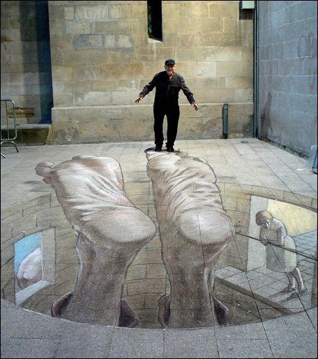 Eduardo Relero propose des illusions d'optique interactives. Dans la rue, vous assistez à un spectacle poétique. L'homme tient sur les pieds d'un autre tombé à la renverse. Où se produit l'artiste ?