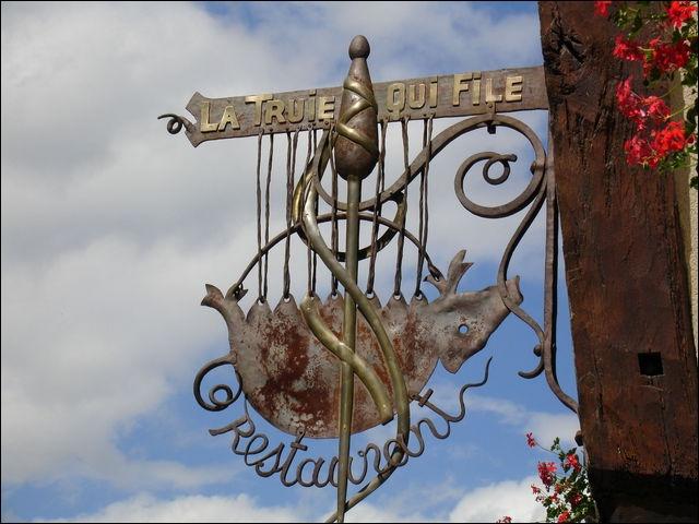 Vous roulerez durant 19 kilomètres, en direction du Nord-Ouest, après Courville- sur-Eure. On vous attend à la  Truie qui file . Dans quelle ville se trouve cette enseigne ?