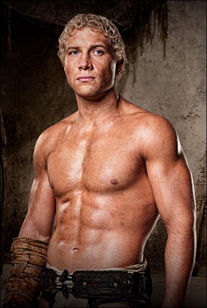 Comment se nomme le meilleur ami de Spartacus chez les gladiateurs ?