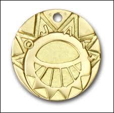 Au début de l'histoire, le médaillon du Soleil d'Esteban est incomplet. Qui possède la partie amovible de son médaillon ?