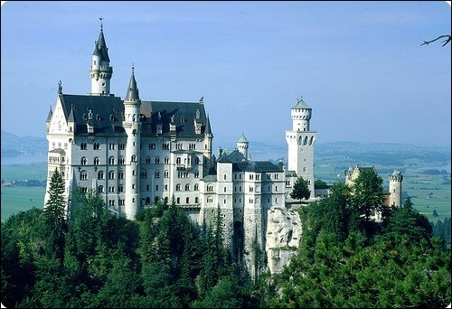 Construit sous le règne de Louis II de Bavière, Walt Disney s'en servit comme modèle pour ses contes de fée.