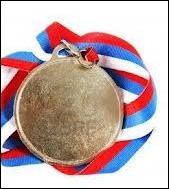En 1853 c'est la reconnaissance officielle de l'artiste. Il obtint une médaille avec mention . Mais en plus de cette distinction, que lui offre cette médaille ?
