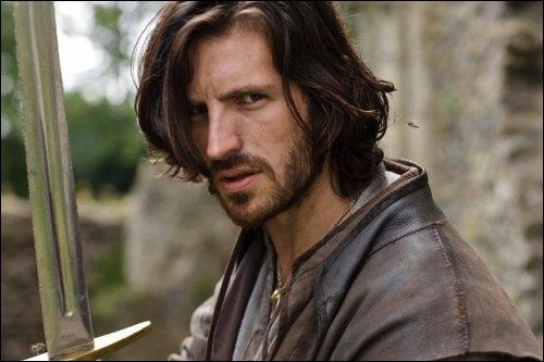 Un autre chevalier de Camelot lui aussi très charmant, jeune, ambitieux qui malheureusement subit les foudres d'une femme assoiffée de vengeance, qui est cet acteur ?