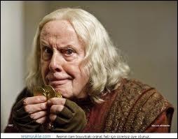 Ah ce cher Gaius, un deuxième père pour Merlin, toujous là à lui donner des conseils, proche de la famille royale. Qui interprète ce médecin ?
