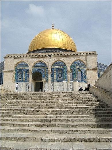 Quel lieu de culte situé à Jérusalem a été tantôt une église, tantôt une mosquée, surmontée de la croix ou du croissant au gré des conquêtes ?