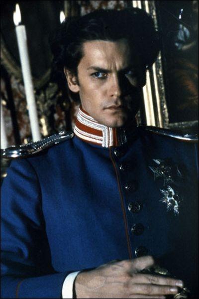 C'est l'acteur Helmut Berger qui prête ici ses traits délicats à Louis II de Bavière, Prince puis Roi de Bavière, dont les traits étaient véritablement angéliques. Il était le fils de... ?