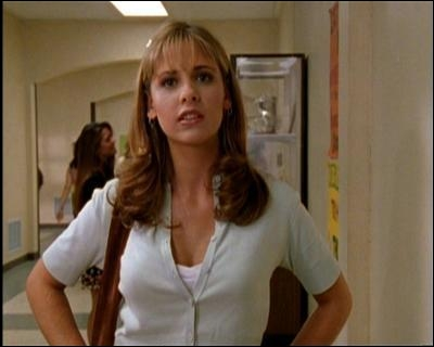 Au début de la série, qu'est-ce que Buffy oublie de ramasser quand elle croise Alex pour la première fois ?