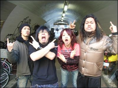 Quel groupe de hard-rock Japonais forment-ils ?