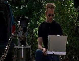 Dans  Le Chacal , que demande-t-il à Ian Lamont (Jack Black) pour vérifier la précision de sa nouvelle arme ?
