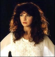 En 1985, cette interprète britannique a été classée numéro 1 dans les charts anglais pour son album dont est extrait le fabuleux  Running Up That Hill . Quel est son nom ?