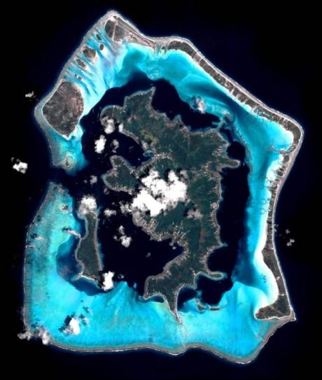 C'est une île française, entourée d'un lagon, au beau milieu du Pacifique !
