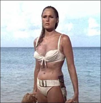 Une des scènes mythiques les plus sexy du cinéma... De quel  James Bond  est extrait cette image d'Ursula Andress émergeant ruisselante de l'océan ?
