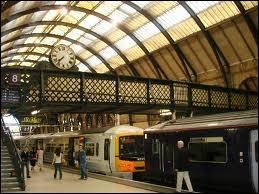 Hagrid annonce combien de minutes à l'avance le départ du train Poudlard Express ?