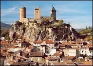 Nous allons à Foix, préfecture Ariégeoise. Ses habitants sont les ...