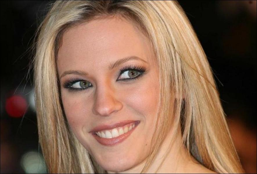 En 2001, je sors le single  Près de toi . En 2012, je participe à la 3ème saison de  Danse avec les stars . Qui suis-je ?