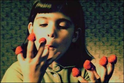 Un plaisir gourmand a semble-t-il été mis au goût du jour par un film : celui de poser les framboises au bout de ses doigts pour les déguster, comme sur la photographie tirée du film... ?
