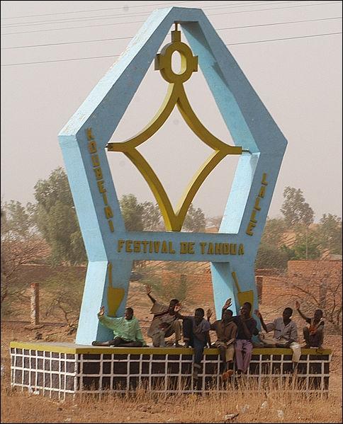 Je m'éloigne. Je désire visiter les mines d'uranium d'Arlit. Le guide, un haoussa, me suggère plutôt une balade le long du fleuve Niger, ou les chutes d'eau de Timia. La capitale de ce pays est...
