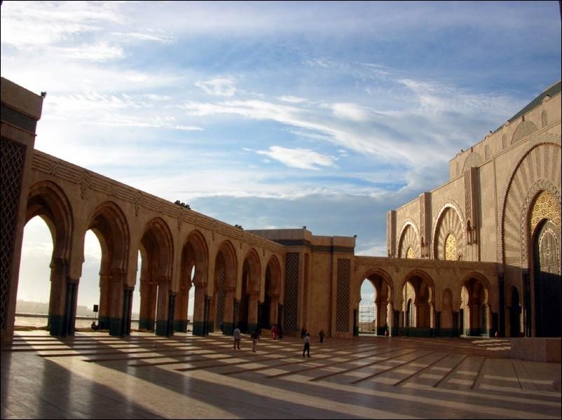 Je décide de partir pour Ouarzazate. Je change ma monnaie en dirhams. Le guide me conseille les plages d'Agadir, ou les cascades d'Ouzoud. Dans quel pays suis-je ?