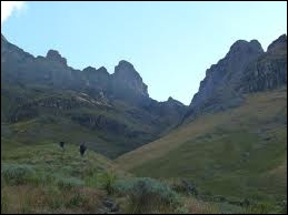 Dans quel massif du sud-est se situe le point culminant du pays, le Mafadi (3 450 m) ?