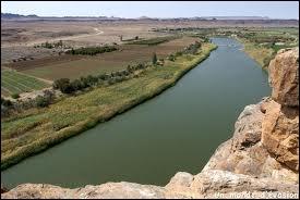 Quel fleuve qui sert de frontière naturelle avec la Namibie est le plus long cours d'eau du pays ?