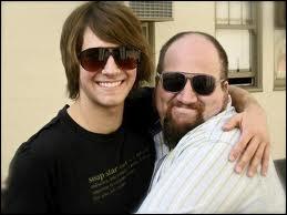 En compagnie de quelle célébrité, James figure-t-il sur cette photo ?