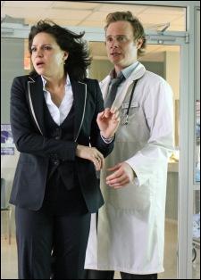 Le Dr Whale et Regina sont très amis. Que cache donc le sous-sol de l'hôpital à l'insu de toute la population ?