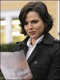 Propulsée elle aussi dans le monde moderne, sous le patronyme de Regina Mills, elle tient en main la population de Storybrooke grâce à son poste, lequel est ?