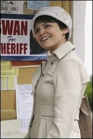 Emma va loger chez Mary-Margaret Blanchard. Mary-Margaret est institutrice, et particulièrement douce et gentille. Mais elle est aussi, sans le savoir... ?