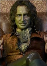 Brillamment interprêté par l'acteur écossais Robert Carlyle, ce même Monsieur est Rumpelstiltskin dans le monde des contes de fée, un spécialiste des potions et... ?