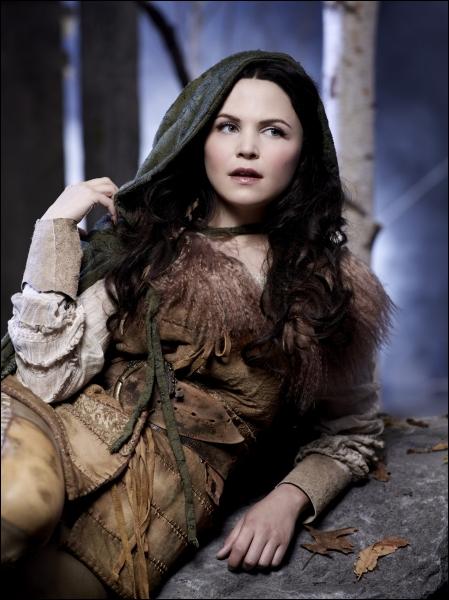 Blanche-Neige doit apprendre à survivre dans la forêt, car le Chasseur envoyé par la Reine l'a laissée en vie. Qu'est-il advenu de son père le Roi ?