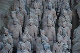 En 1974, dans quel pays les archéologues ont-ils découvert une armée de milliers de statues en terre cuite ?