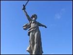 La construction du Mamayev Kurgan s'est déroulée de 1959 à 1967. La statue mesure 85 mètres ! Aux morts de quelle terrible bataille ce monument rend-il hommage ?