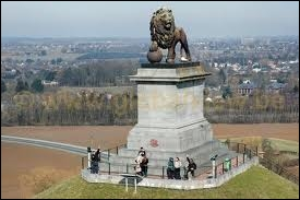 Sur le site de quelle bataille napoléonienne a-t-on érigé la Butte du Lion en 1826 ?